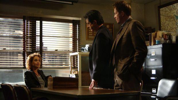 Will (Joe Mantegna, M.) und Carlisle (Mark Totty, r.) wollen sich für ihre Ko...