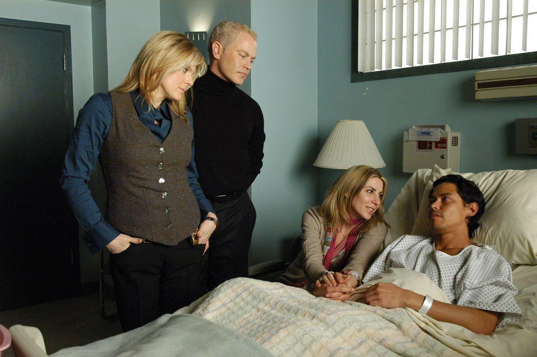 Detective Yokas (Molly Price, l.), Connor (Neal McDonough, 2.v.l.) und Holly (Yvonne Jung, 2.v.r.) machen sich Sorgen um Carlos? (Anthony Ruivivar,... - Bildquelle: CBS Television