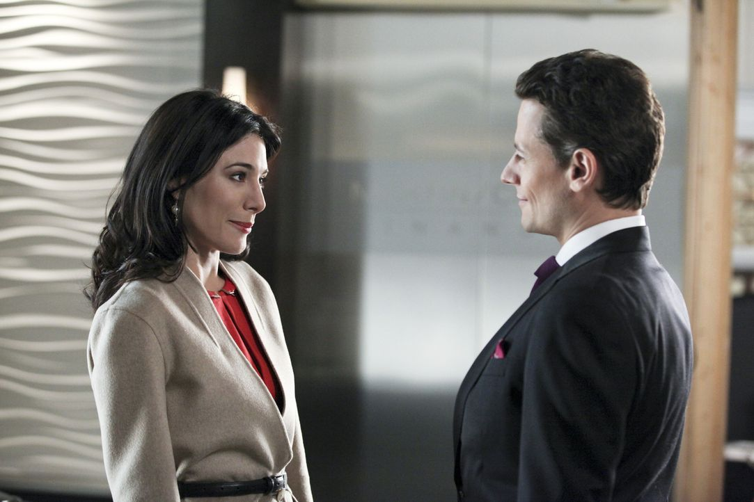 Andrew Martin (Ioan Gruffudd, r.) teilt Olivia (Jaime Murray, l.) mit, dass er Bridget, die er nach wie vor für Siobhan halt, erneut heiraten möch... - Bildquelle: 2011 THE CW NETWORK, LLC. ALL RIGHTS RESERVED