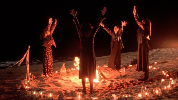 Zu viert schaffen es die Freundinnen Sarah (Robin Tunney, l.), Bonnie (Neve C...