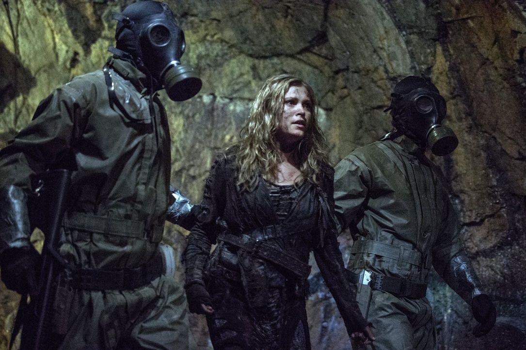 Clarke (Eliza Taylor, M.) hatte gehofft, eine neue wichtige Verbündete zu haben, doch dann kommt alles ganz anders ... - Bildquelle: 2014 Warner Brothers