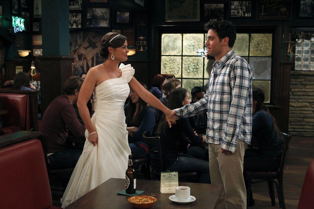 Was ist nur mit Ted (Josh Radnor, r.) und Victoria (Ashley Williams, l.) los? - Bildquelle: 20th Century Fox International Television