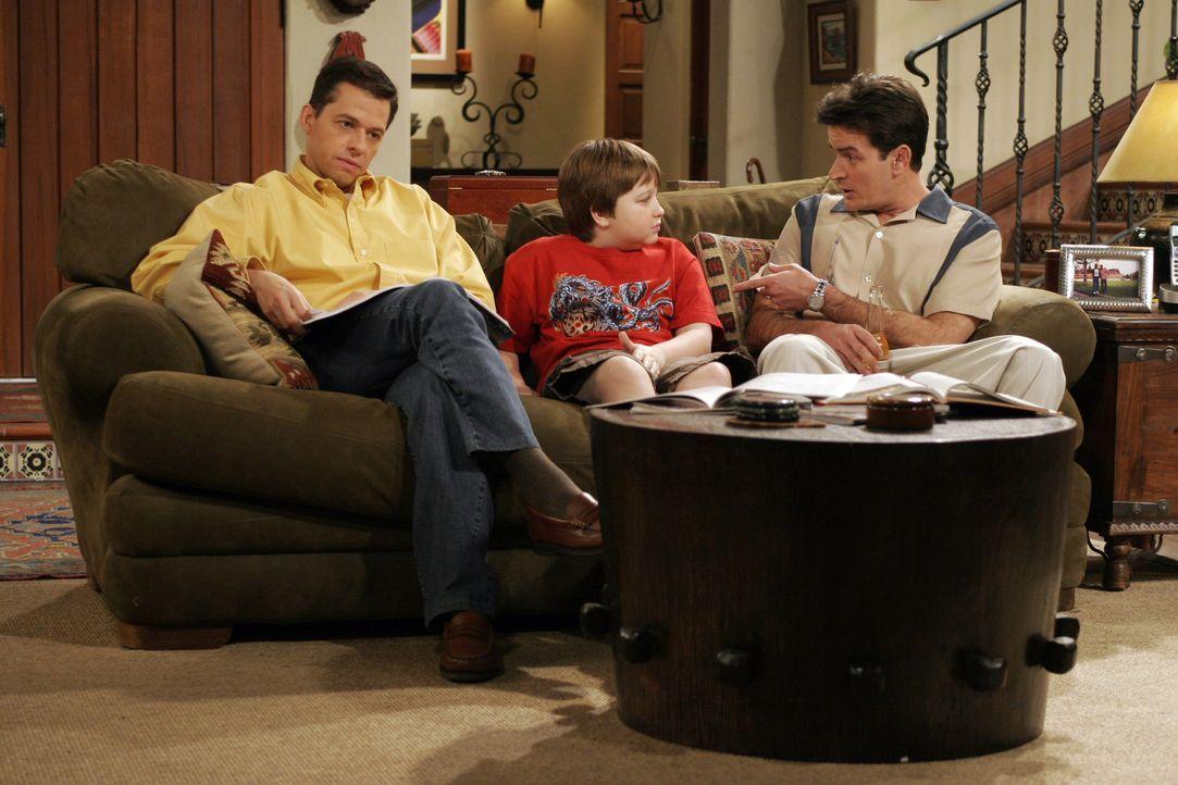 Charlie (Charlie Sheen, r.) und Alan (Jon Cryer, l.) sind Jake (Angus T. Jones, M.) beim Pauken für eine Geschichtsarbeit behilflich ... - Bildquelle: Warner Brothers Entertainment Inc.