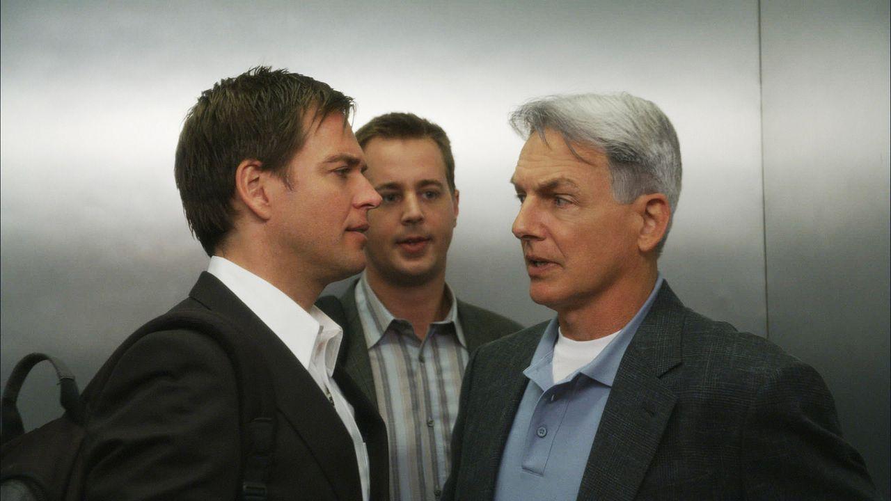 Vance weigert sich, eine offizielle Suchaktion nach Ziva zu unterstützen. Also nehmen Gibbs (Mark Harmon, r.), Tony (Michael Weatherly, l.) und McG... - Bildquelle: CBS Television