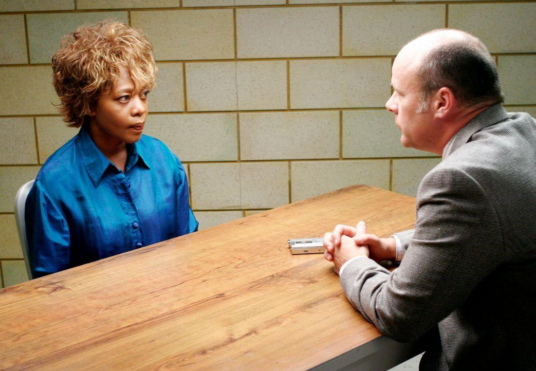 Betty Applewhite (Alfre Woodard, l.) wird von Detective Fallon (James Shanklin, r.) verhört und ahnt Schlimmstes ... - Bildquelle: 2005 Touchstone Television  All Rights Reserved
