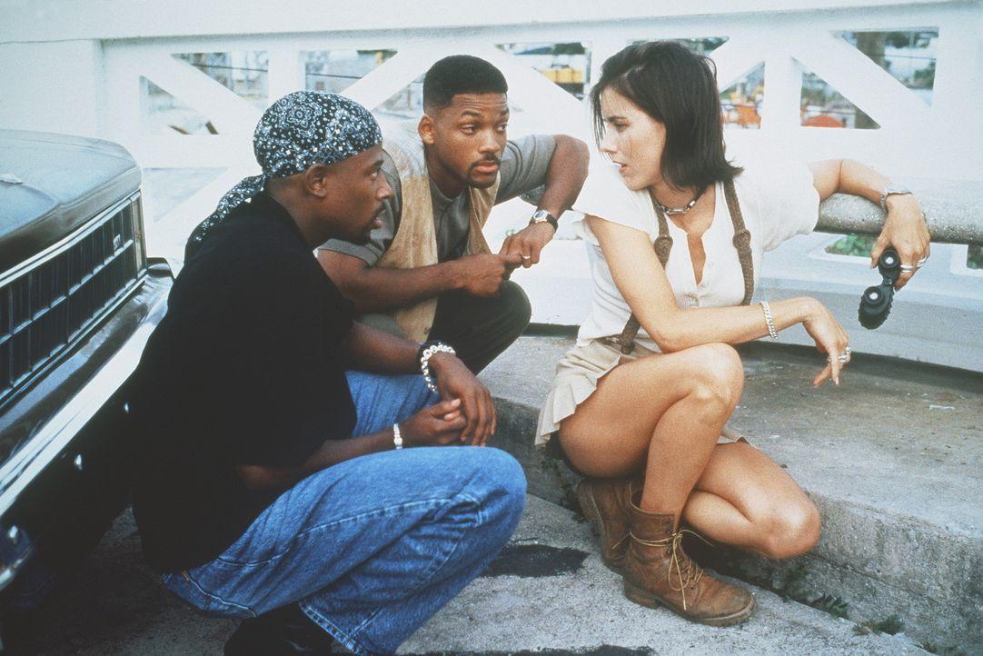 Obwohl die Gangster alle Zeugen ausschalten, kann das Callgirl Julie (Téa Leoni, r.) Burnett (Martin Lawrence, l.) und Lowrey (Will Smith, M.) auf... - Bildquelle: 1995 Columbia Pictures Industries, Inc. All Rights Reserved.