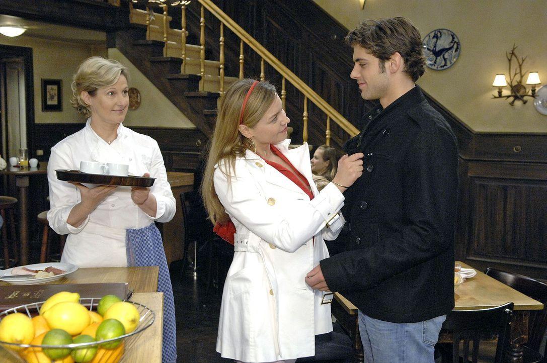 Auch Susanne (Heike Jonca, l.) ist überrascht, als Katja (Karolina Lodyga, M.) Jonas (Roy Peter Link, r.) zum Familienessen einlädt. - Bildquelle: Claudius Pflug Sat.1