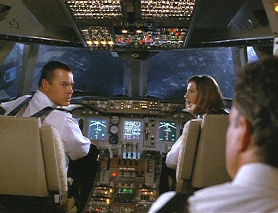 Captain Lucky Singer (Robert Urich, l.) und Captain Bouchard (John de Lancie, r.) sind geteilter Meinung, was das Fliegen mit einem Computer angeht....