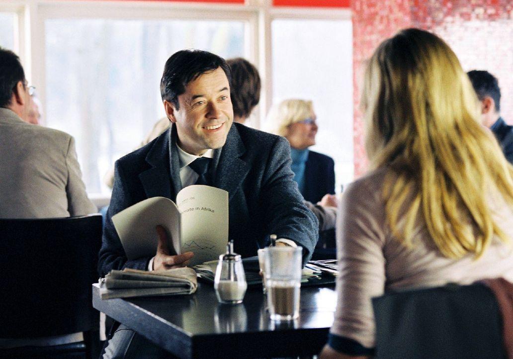 Laurens (Jan Josef Liefers, l.) macht jeden Morgen auf dem Weg ins Büro Halt in einem kleinen Café. Eines Tages lernt er dort Gina (Julia Jentsch, r... - Bildquelle: Stephan Rabold Sat.1