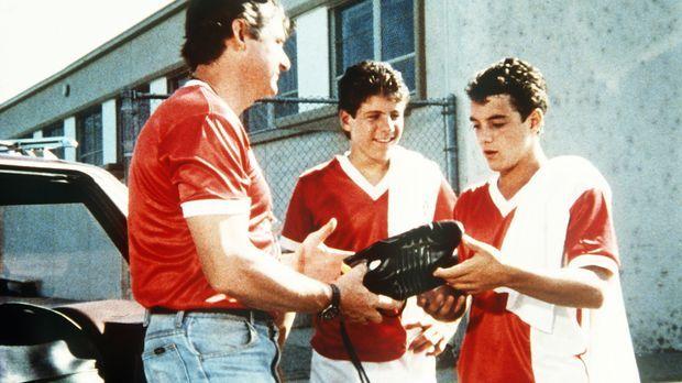 Richard (James Whitmore Jr., l.), der Trainer der Fußballmannschaft, schenkt...