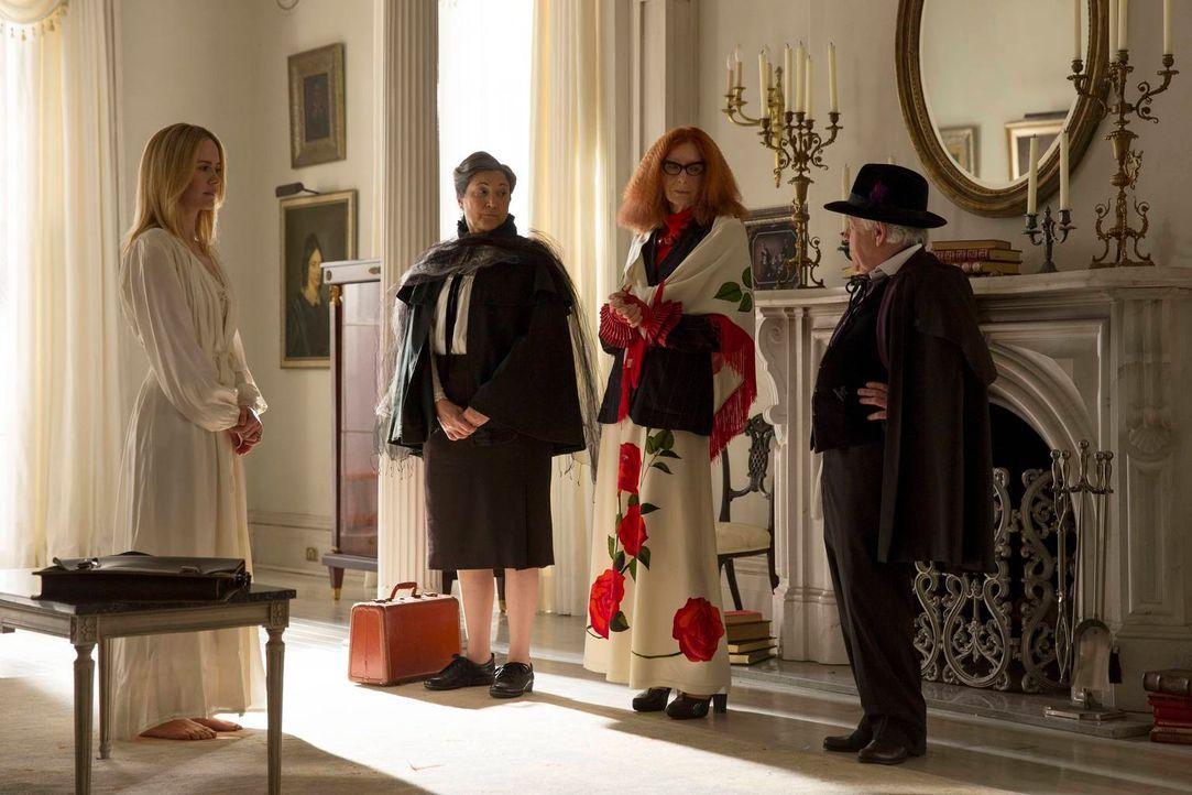 Als Cordelia (Sarah Paulson, l.) von den Ratsmitgliedern Cecily Pembroke (Robin Bartlett, 2.v.l.), Myrtle Snow (Frances Conroy, 2.v.r.) und Quentin... - Bildquelle: 2013-2014 Fox and its related entities. All rights reserved.