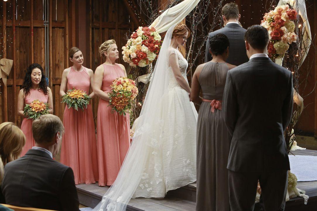 Endlich ist es soweit: April (Sarah Drew, 4.v.l.) tritt vor den Traualtar und wird von den Brautjungfern Christina (Sandra Oh, l.), Meredith (Ellen... - Bildquelle: ABC Studios
