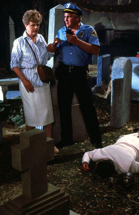 Allan Gebhart (James MacArthur, M.) und Jessica Fletcher (Angela Lansbury, l.) machen eine interessante Entdeckung ... - Bildquelle: Universal Pictures