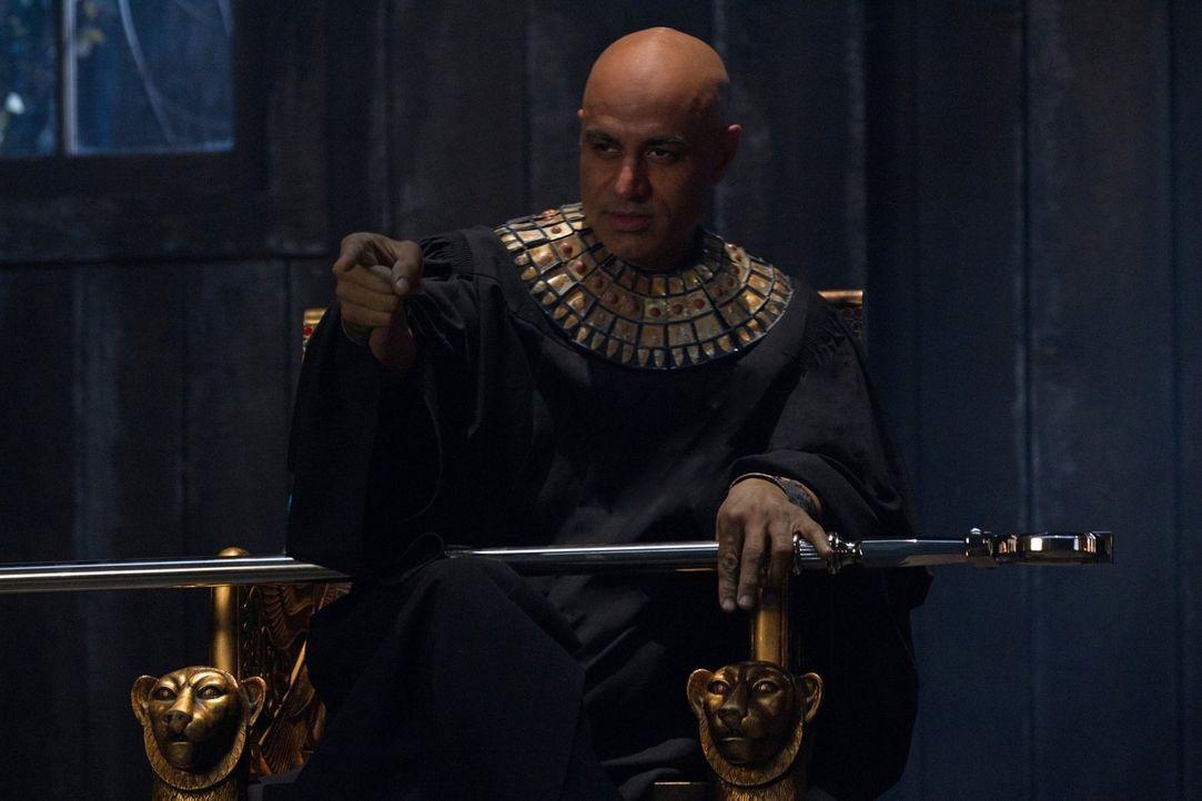 Sam und Dean untersuchen eine Reihe von grausamen Morden und finden heraus, dass der ägyptische Gott Osiris (Faran Tahir) dahintersteckt. Der rachsü... - Bildquelle: Warner Bros. Television