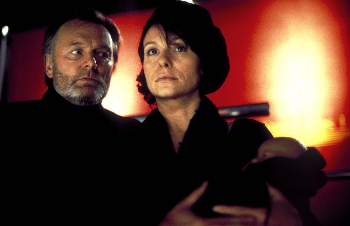 Ist Prof. Winterfeld (Helmut Griem, l.) der Entführer Christinas (Tamara Rohloff, r.)? - Bildquelle: Ines Gellrich ProSieben