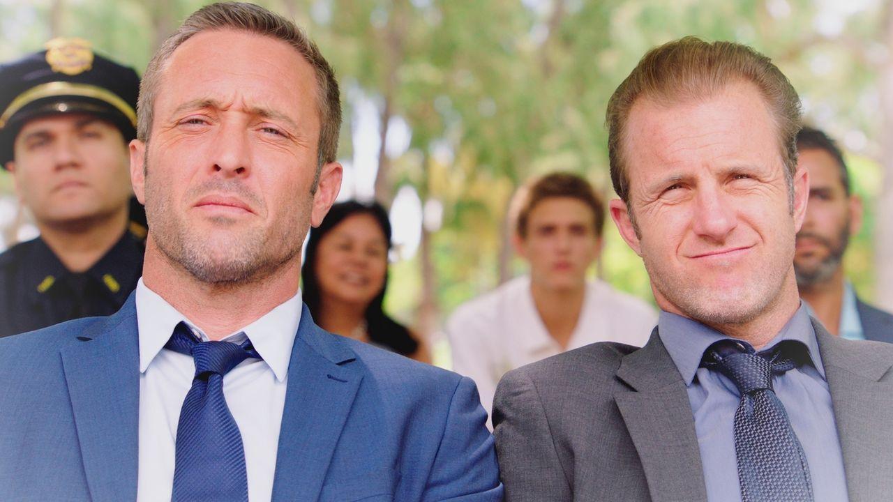 Was bringt die Zukunft für Danny (Scott Caan, r.) und McGarrett (Alex O'Loughlin, l.)? Während Danny in Lebensgefahr schwebt, halluziniert er ... - Bildquelle: 2017 CBS Broadcasting Inc. All Rights Reserved.
