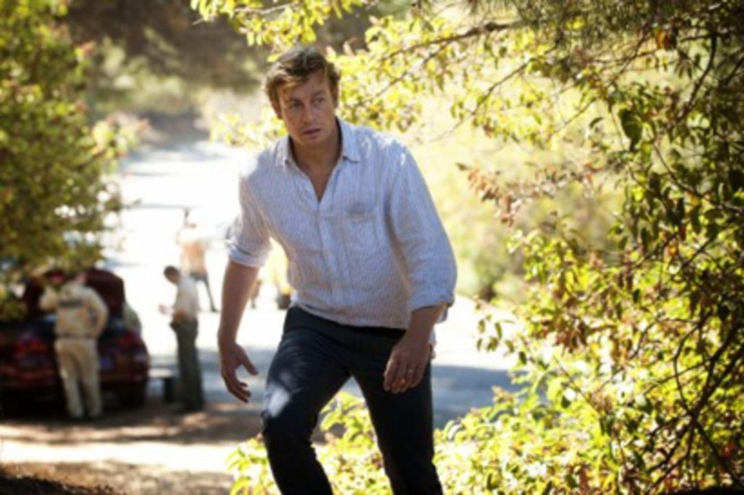 Rückblende: Patrick Jane (Simon Baker) nimmt zum ersten Mal nach der Ermordung seiner Frau und seiner Tochter durch den Serienkiller Red John mit de... - Bildquelle: Warner Bros. Television