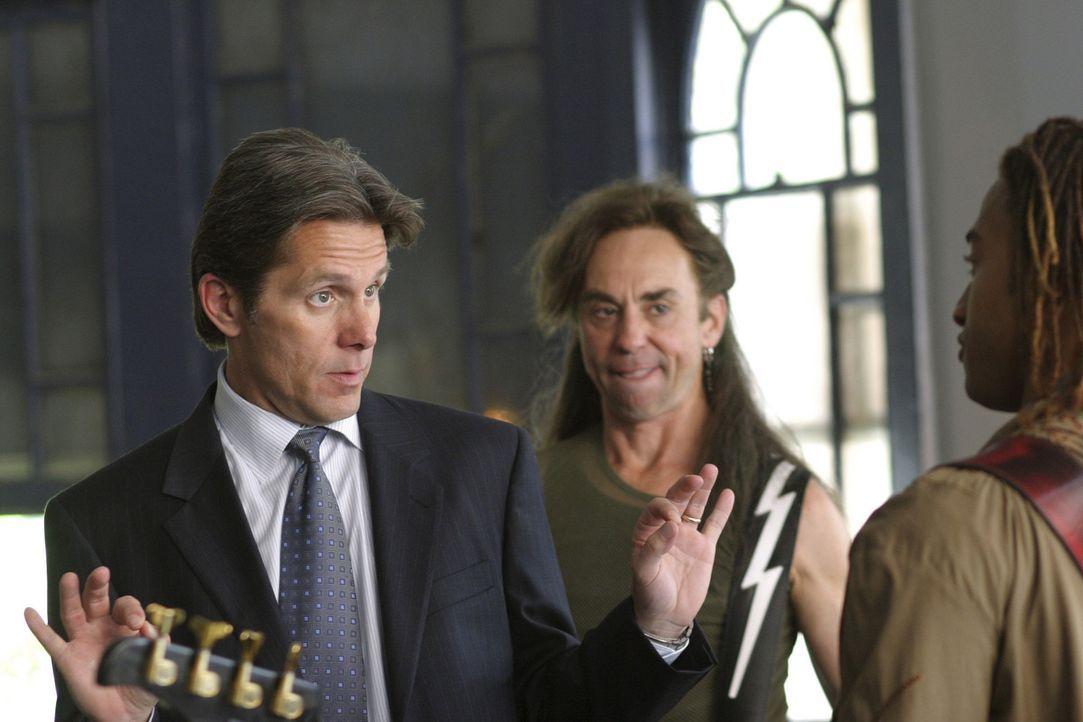 Izzy (David Jensen, r.) versucht Jerry (Gary Cole, l.) zu einem Comeback zu überreden, weil er von einem Fernsehsender ein lukratives Angebot erhal... - Bildquelle: Buena Vista International Television |