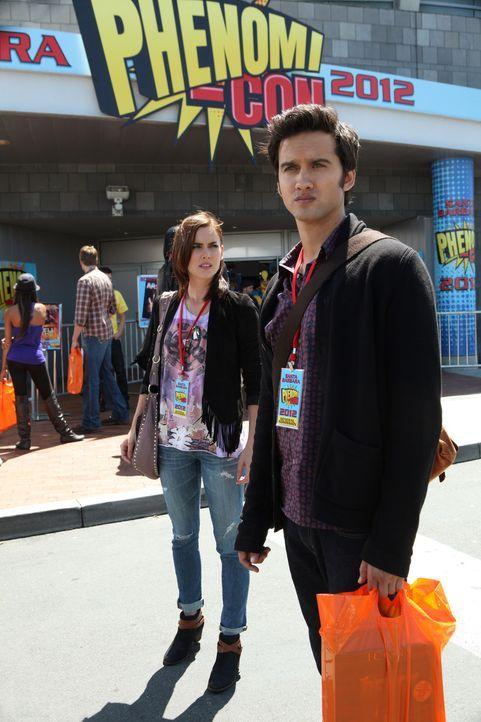 Silver (Jesica Stroup, l.) besucht zusammen mit Navid (Michael Steger, r.) eine Spielemesse, auf der Max seine neue Software vorstellen will - doch...