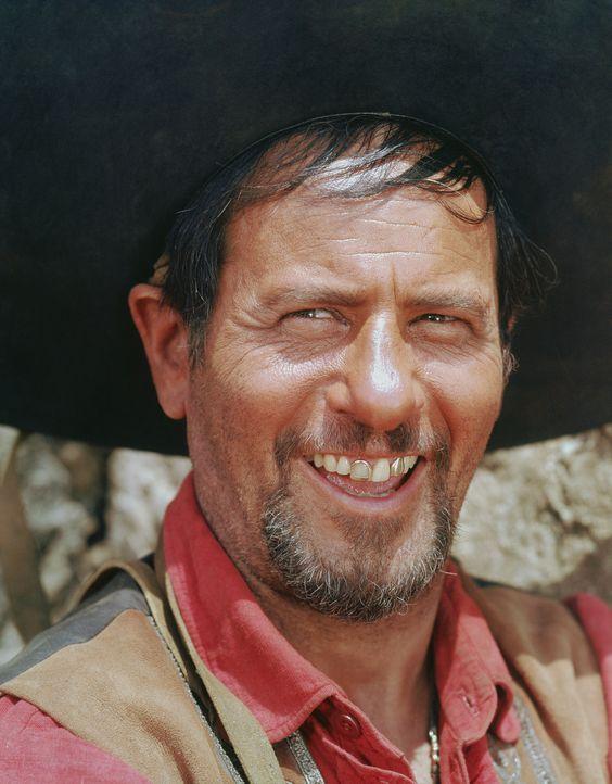 Calvera (Eli Wallach) und seine Bande besuchen immer wieder das mexikanische Dorf Ixcatlan an der Grenze zu den USA, um den Bewohnern fast alles zu... - Bildquelle: 1960 METRO-GOLDWYN-MAYER STUDIOS INC. All Rights Reserved.