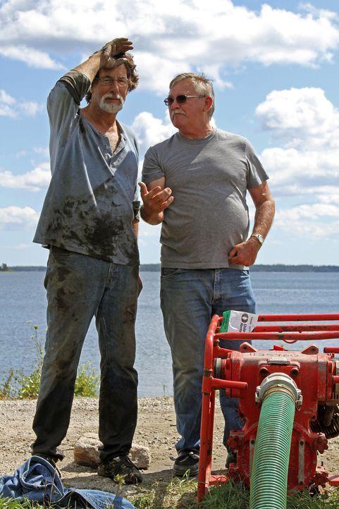 """Auf der Suche nach dem Schatz von Oak Island: Rick Lagina (l.) und Dav'id """"Dave"""" Blankenship (r.) ... - Bildquelle: 2014 A&E Television Networks, LLC. All Rights Reserved/ PROMETHEUS ENTERTAINMENT"""