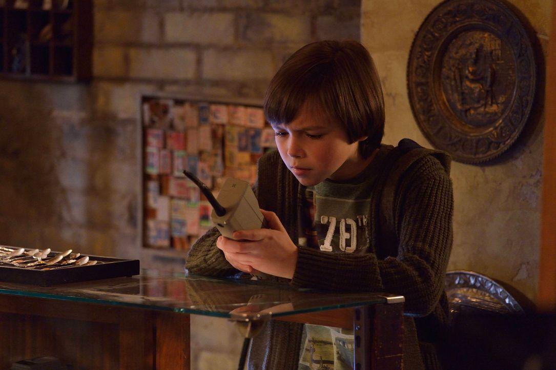 Nachdem Zach (Ben Hyland) ein mögliches Lebenszeichen von seiner Mutter erhält, setzt er alle Hoffnungen darauf sie unversehrt wiederzusehen ... - Bildquelle: 2014 Fox and its related entities. All rights reserved.
