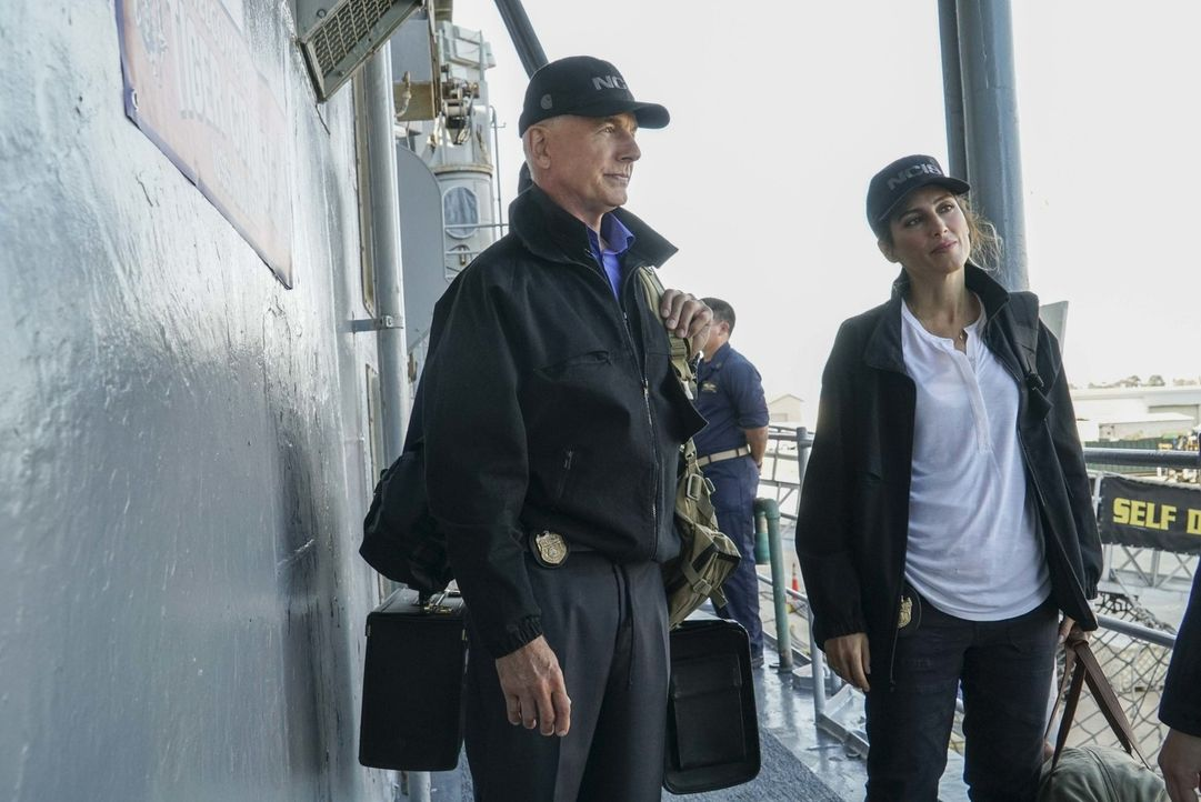 An Bord: Gibbs (Mark Harmon, l.) und Quinn (Jennifer Esposito, r.). Während dem Tiger Cruise wird eine Frau der Navy auf kaltblütige Weise ermordet.... - Bildquelle: Bill Inoshita 2016 CBS Broadcasting, Inc. All Rights Reserved
