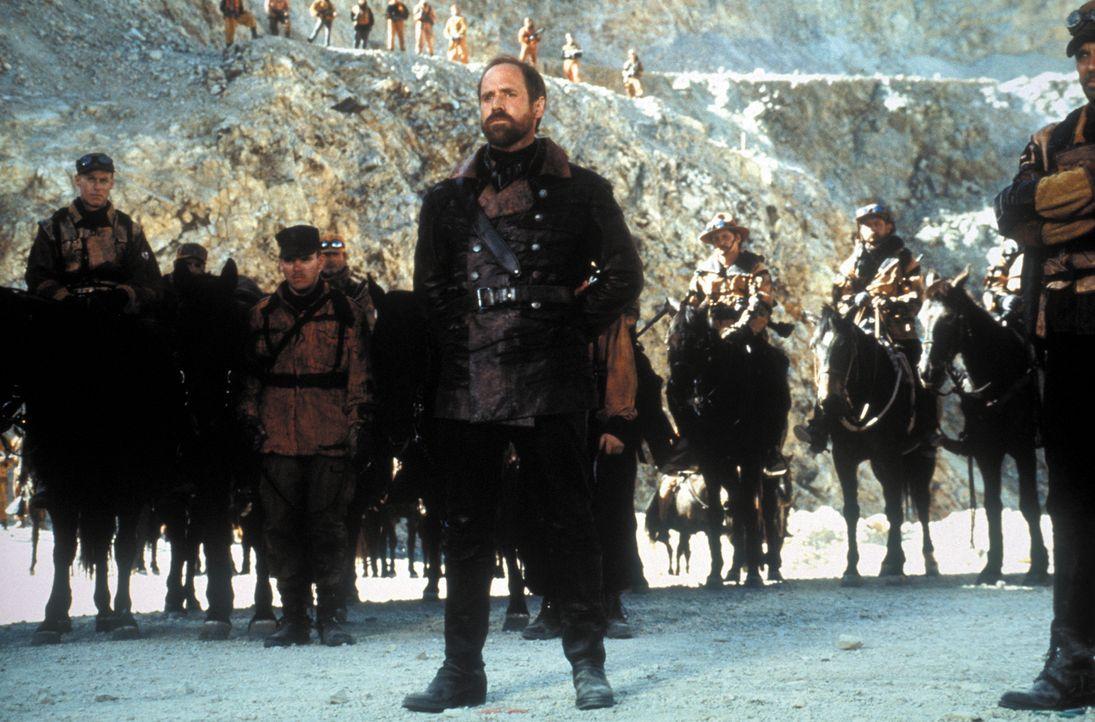 Die USA im Jahre 2013: Nach einem atomaren Krieg werden die Überlebenden von dem Tyrannen General Bethlehem (Will Patton, r.) unterdrückt. Ein Postm... - Bildquelle: Warner Bros. Pictures