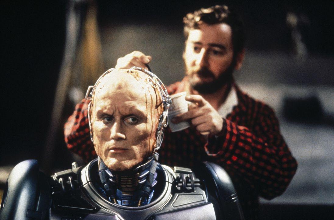Bevor er seine Mission antreten kann, muss RoboCop (Robert John Burke, l.) noch einmal generalüberholt werden ... - Bildquelle: Columbia TriStar Film