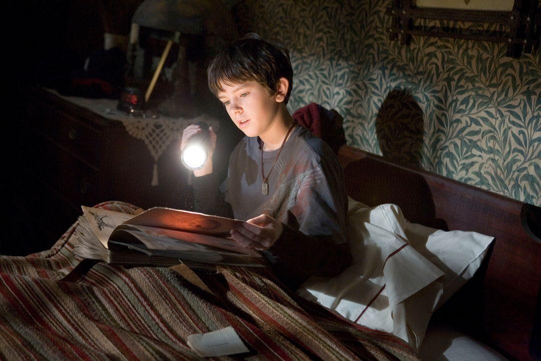 """Auf dem Dachboden des alten Hauses findet Jared (Freddie Highmore) Arthur Spiderwicks """"Handbuch der magischen Geschöpfe"""". Trotz aller Warnungen öffn... - Bildquelle: Paramount Pictures"""