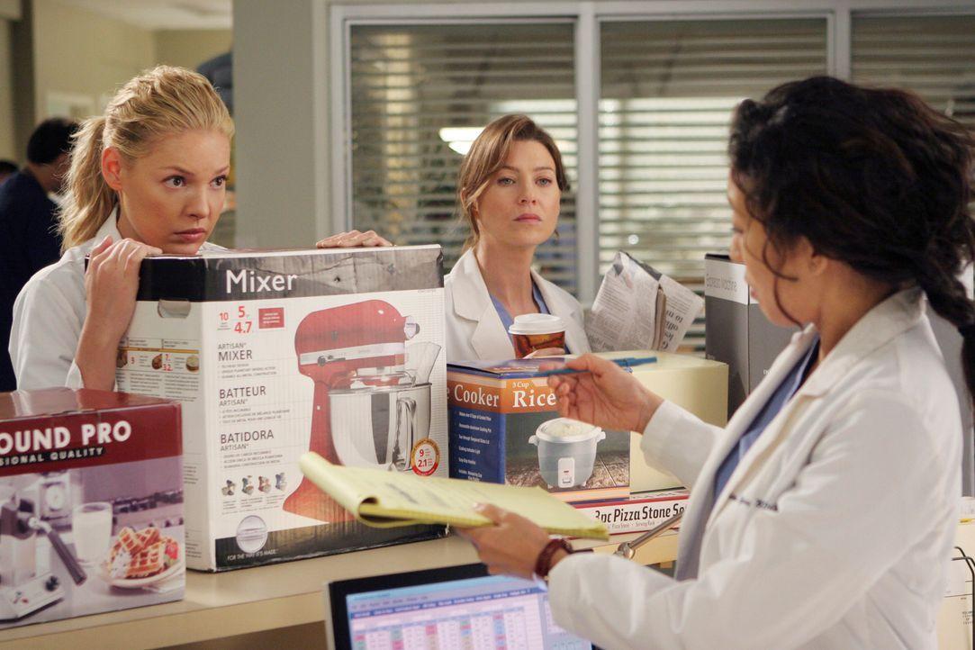 Cristina (Sandra Oh, r.) nimmt ihre Hochzeitsgeschenke mit ins Krankenhaus, um sie bei Meredith (Ellen Pompeo, M.) und Izzie (Katherine Heigl, l.) g... - Bildquelle: Touchstone Television
