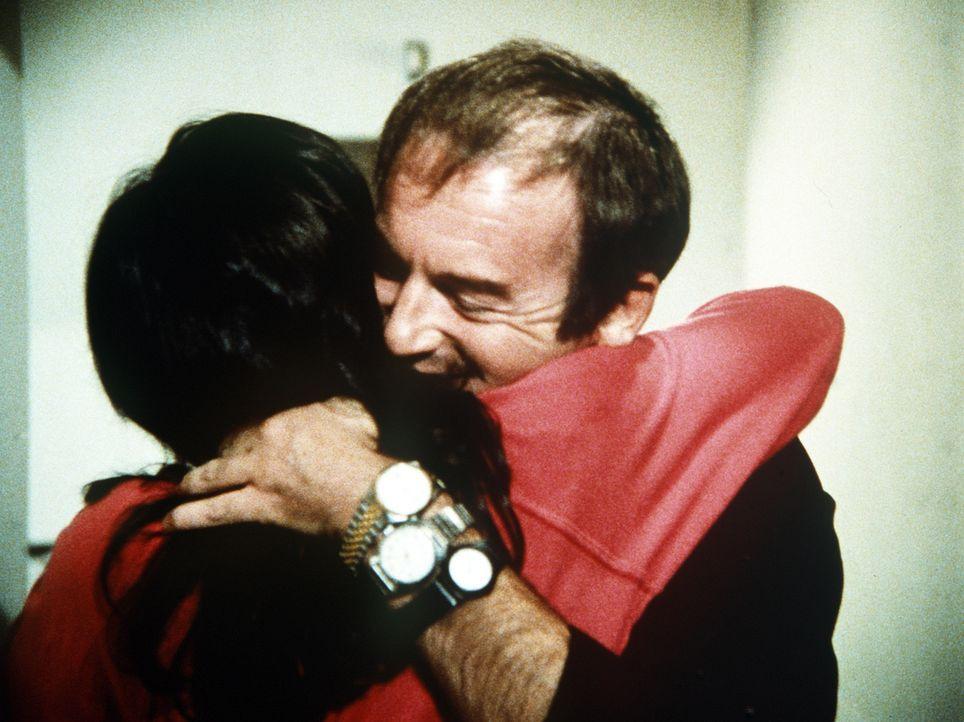 Charley (John Pleshette, r.) findet schließlich nicht nur einen Ausweg aus seinem Dilemma, sondern auch den Weg zu einem liebenden Herzen. - Bildquelle: Worldvision Enterprises, Inc.