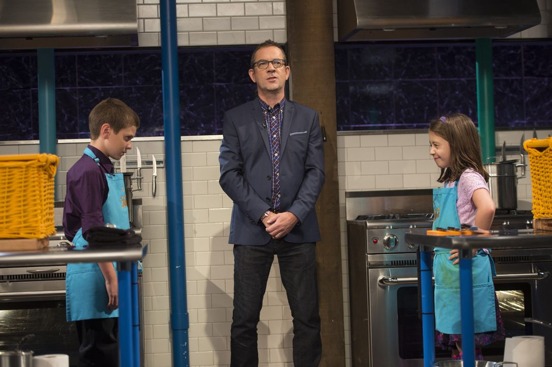 Für Michael (l.) und Claire (r.) heißt es auf die Kochlöffel fertig los: Ted Allen (M.) ist gespannt, wer den Sieg einfahren wird und wer die Speise... - Bildquelle: Scott Gries 2015, Television Food Network, G.P. All Rights Reserved