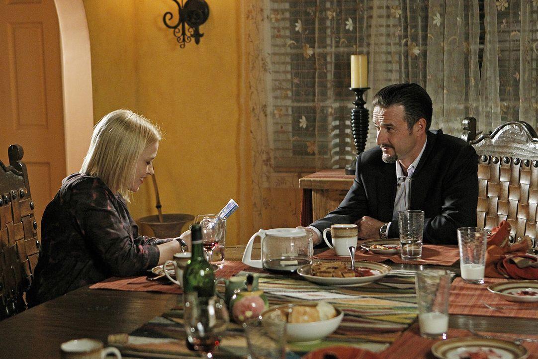 Nachdem Allison (Patricia Arquette, l.) von ihrem Bruder Michael (David Arquette, 2.v.l.) geträumt hat, stattet sie ihm einen Besuch ab und ist erst... - Bildquelle: Sonja Flemming 2010 CBS BROADCASTING INC. All Rights Reserved.