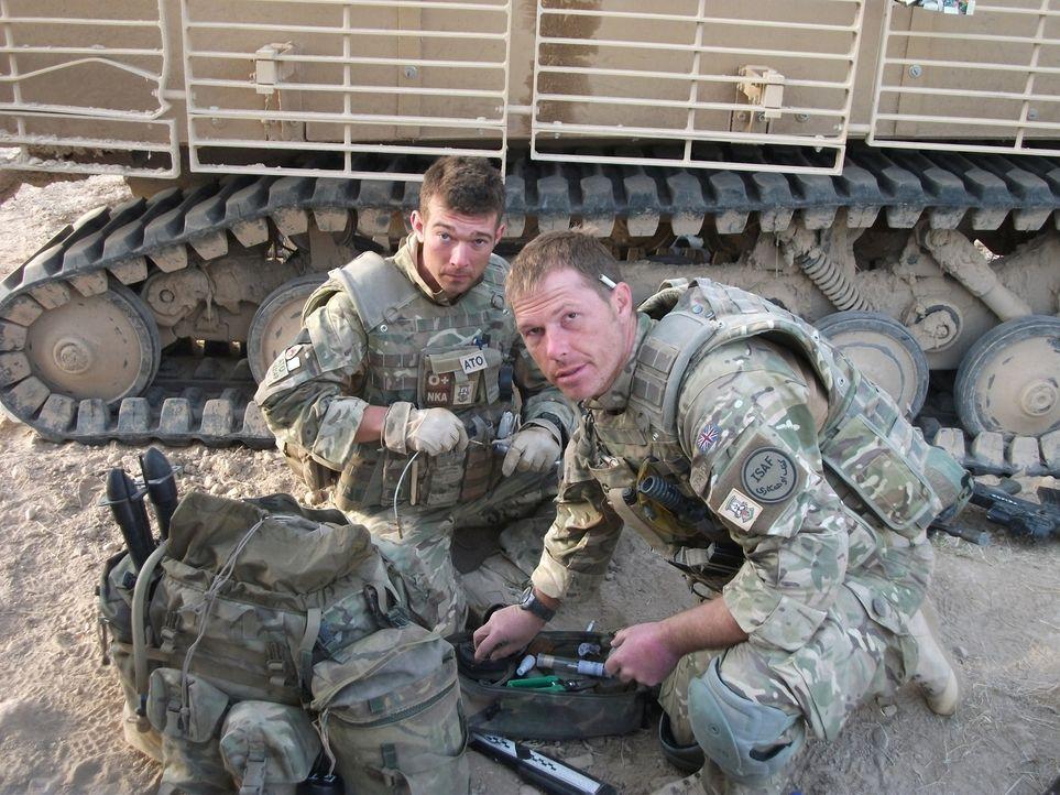 """Jeder Einsatz kann sie das Leben kosten! """"Bomb Squad"""" begleitet die Arbeit von Bombenentschärfungsteams in Afghanistan: Adam (l.) und Tony (r.) bere... - Bildquelle: Crown Copyright/MOD/Gaz, Electronic Warfare Specialist Brimstone 47"""