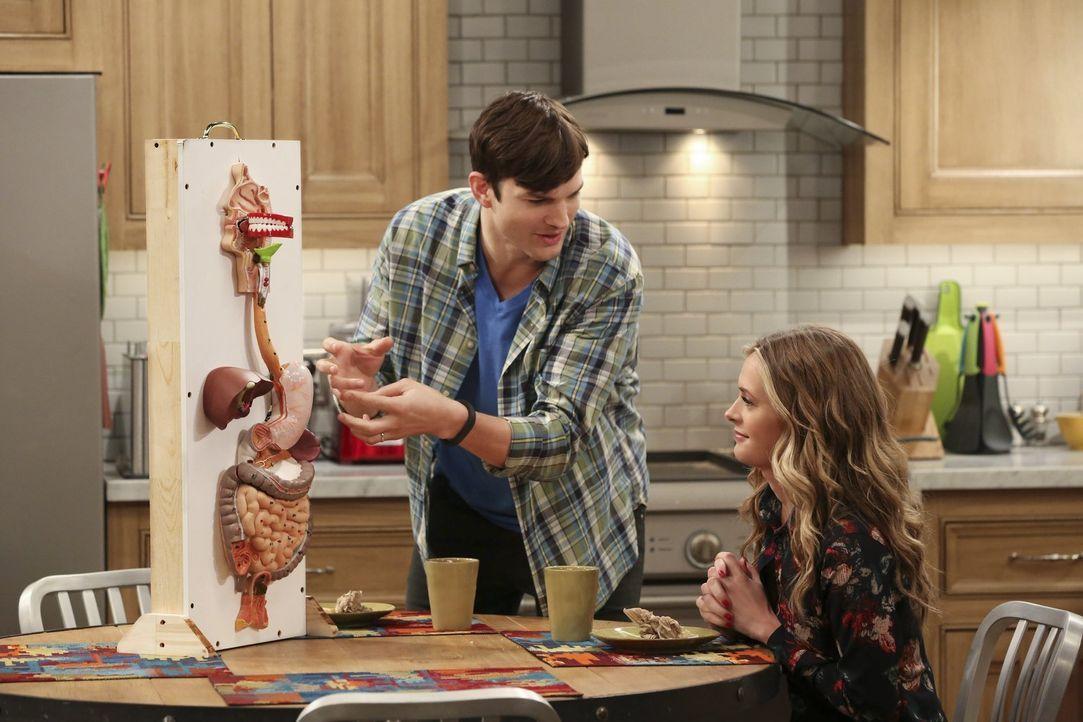 Als Alan die Beziehung mit Ms. McMartin (Maggie Lawson, r.) beendet, versucht Walden (Ashton Kutcher, l.) alles, um sie zu besänftigen, damit der Ad... - Bildquelle: Warner Brothers Entertainment Inc.