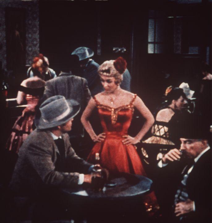 Polizeiinspektor Charles Leduque (Lloyd Nolan, l.) und sein Assistent besuchen eine Bar, in der sie herzlich empfangen werden. - Bildquelle: Paramount Pictures