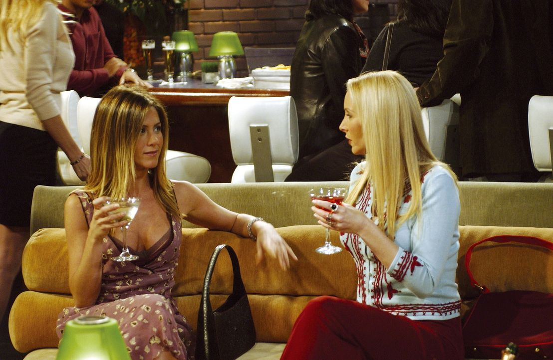 Emmas freier Abend: Rachel (Jennifer Aniston, l.) amüsiert sich prächtig mit Phoebe (Lisa Kudrow, r.) ... - Bildquelle: TM+  2000 WARNER BROS.