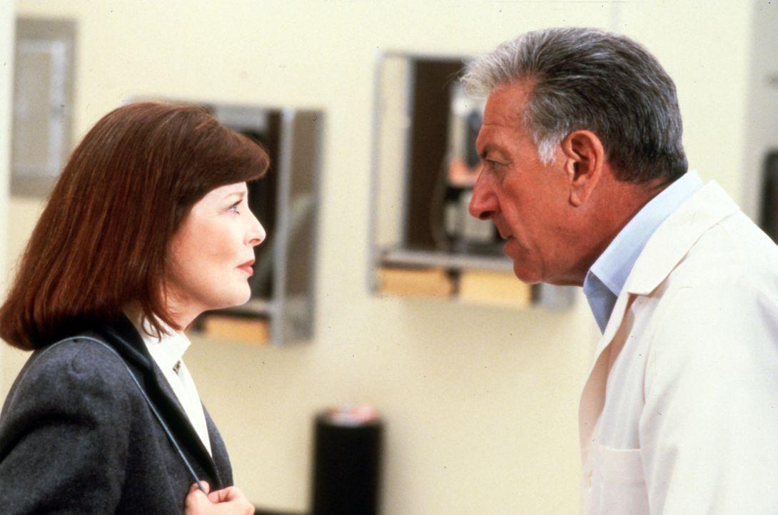 Dr. Emily Hanover (Anita Gillette, l.) hilft Quincy (Jack Klugman, r.) mal wieder im aktuellen Fall weiter. - Bildquelle: Universal Pictures