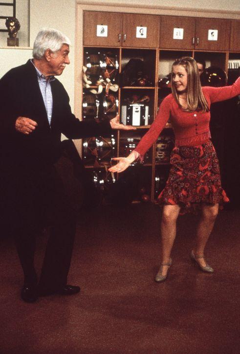 Duke (Dick Van Dyke, l.) und Sabrina (Melissa Joan Hart, r.) legen eine flotte Sohle aufs Parkett ... - Bildquelle: Paramount Pictures
