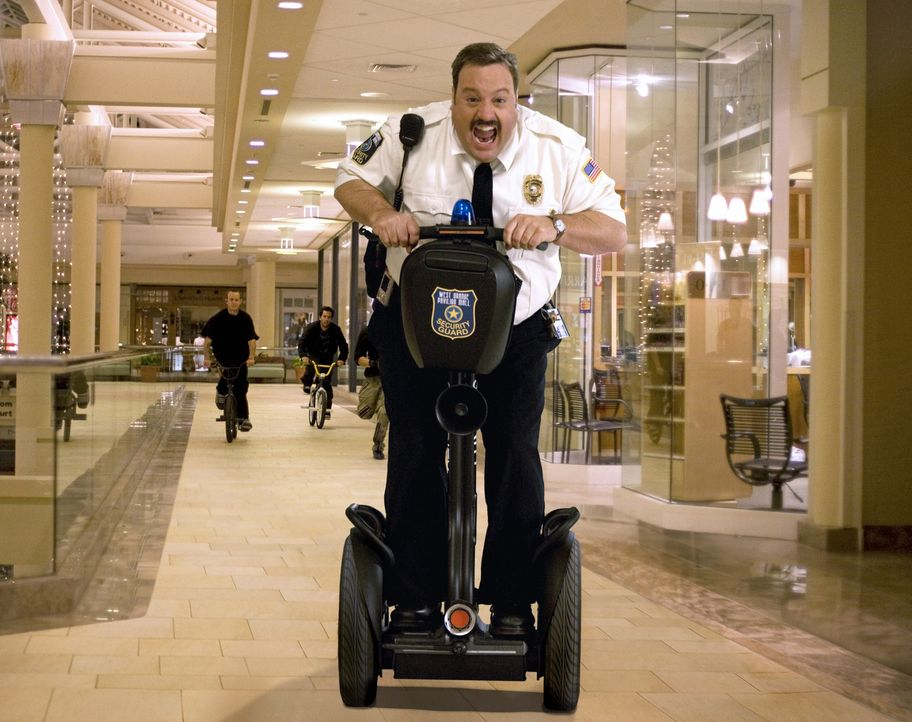 Mit Leib und Seele gibt sich Paul Blart (Kevin James) seinem Job als Kaufhaus Cop hin ... - Bildquelle: 2009 Columbia Pictures Industries, Inc. and Beverly Blvd LLC. All Rights Reserved.