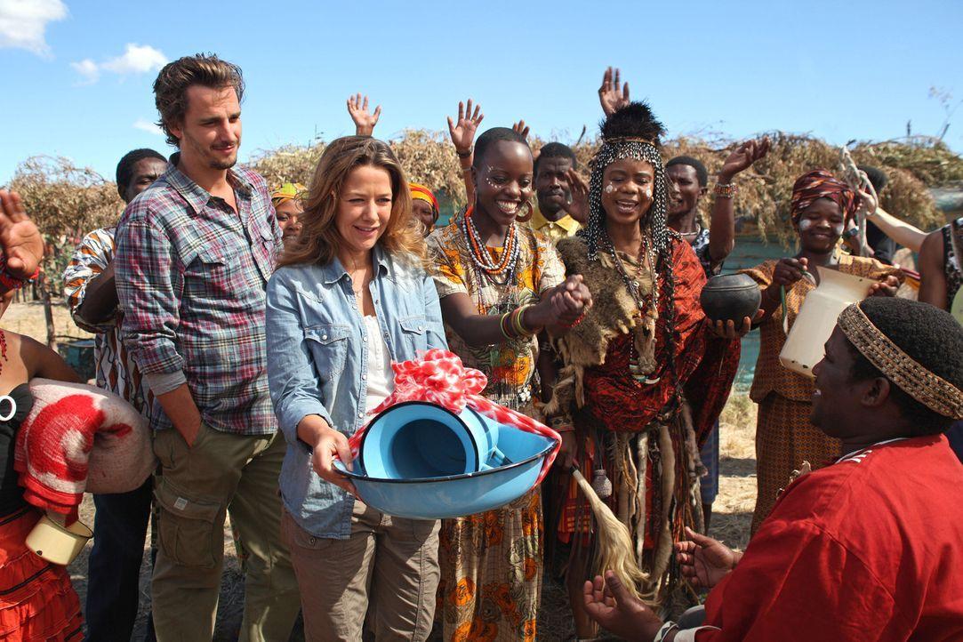 Die Tochter der Medizinfrau N`Nanga (Thembi Mtshali, 4.v.l.) und Schwester der Krankenschwester Mbuya (Florence Kasumba, 3.v.l.) heiratet. Auch Mari... - Bildquelle: SAT.1