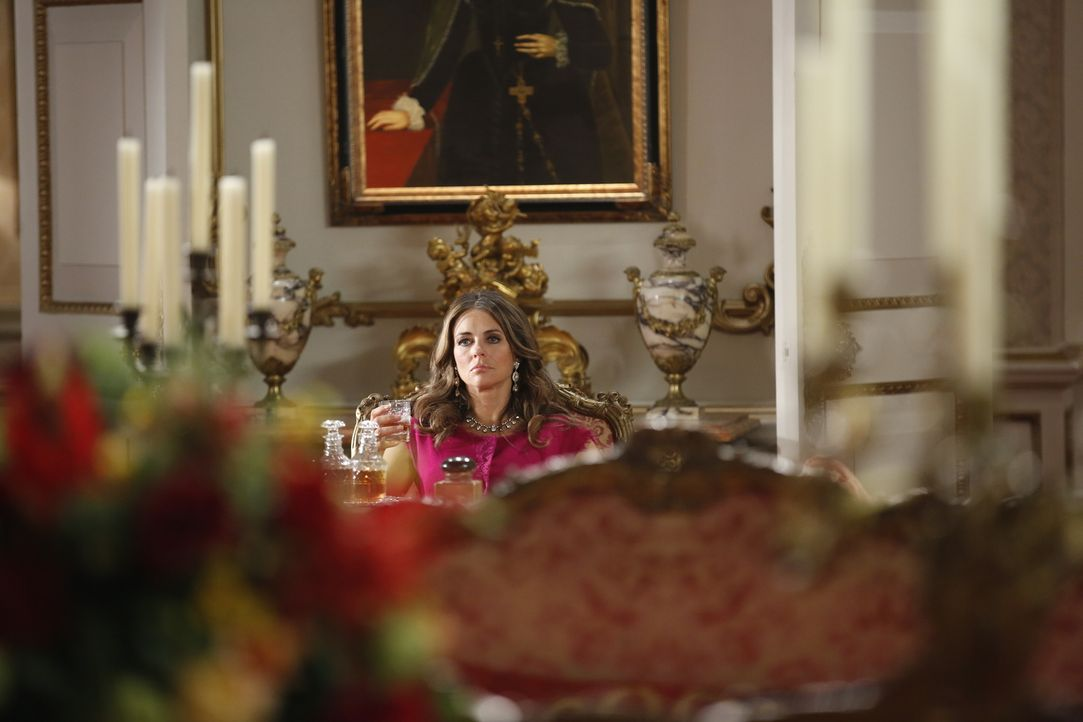 Der König lässt eine Bombe live im TV platzen, worüber Königin Helena (Elizabeth Hurley) alles andere als begeistert ist ... - Bildquelle: Tim Whitby 2014 E! Entertainment Media LLC/Lions Gate Television Inc.