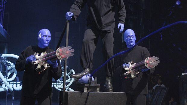 Die Blue Man Group ist überrascht, als plötzlich J.D. bei ihnen auf der Bühne...
