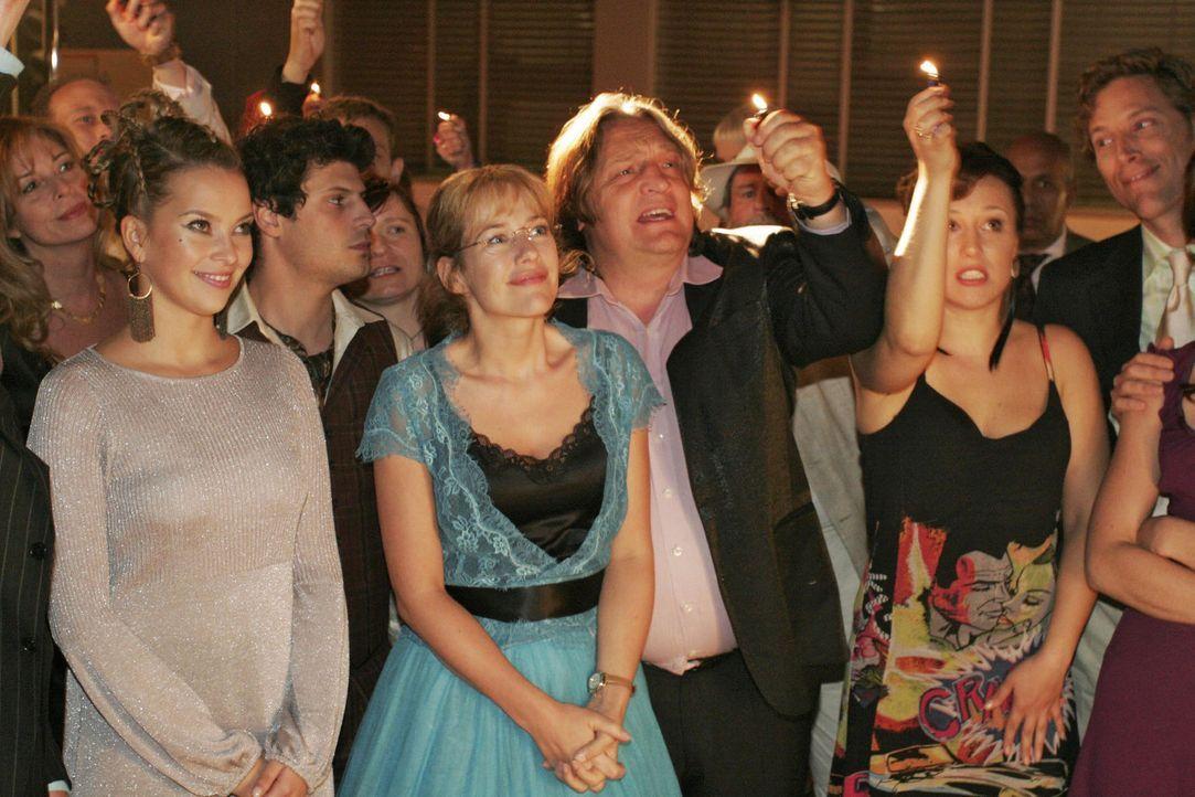 Lisa ist ergriffen, Rokko beunruhigt, als David ihr ein ganz besonderes Lied singt ... v.l.n.r.: Hannah (Laura Osswald), Rokko (Manuel Cortez), Lisa... - Bildquelle: Noreen Flynn Sat.1