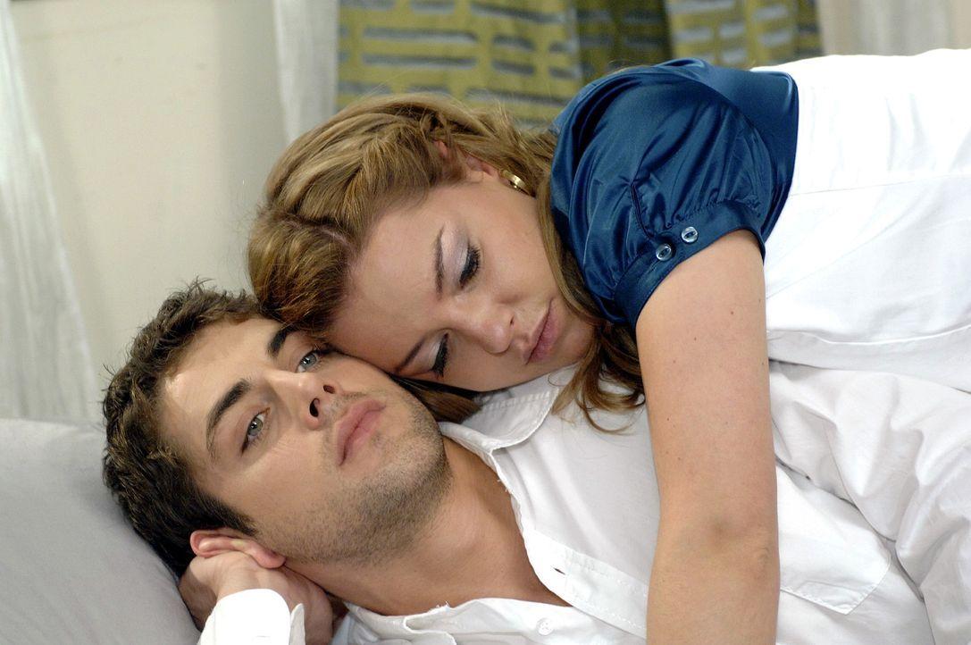 Während Jonas (Roy Peter Link, l.) und Katja (Karolina Lodyga, r.) miteinander beschäftigt sind, hören sie nicht, dass Anna sie verzweifelt zu errei... - Bildquelle: Oliver Ziebe Sat.1