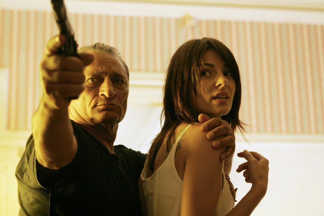Waffenhändler Bostanescu will die 30 Millionen Dollar wiederhaben, die sie ihm geklaut hat. Doch Nadia (Silvia Colloca, r.) hat einen starken Beschü... - Bildquelle: 2005 Micro-Fusion 2004-14 LLP. All Rights Reserved.