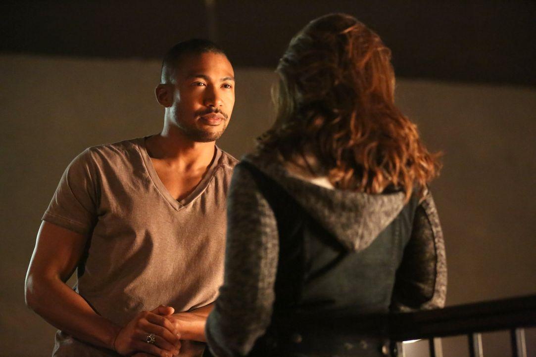 Marcel (Charles Michael Davis, l.) versucht, Davina (Danielle Campbell, r.) zu beschützen, während sich Cami immer noch in den Händen des Feindes be... - Bildquelle: Warner Bros. Entertainment Inc.