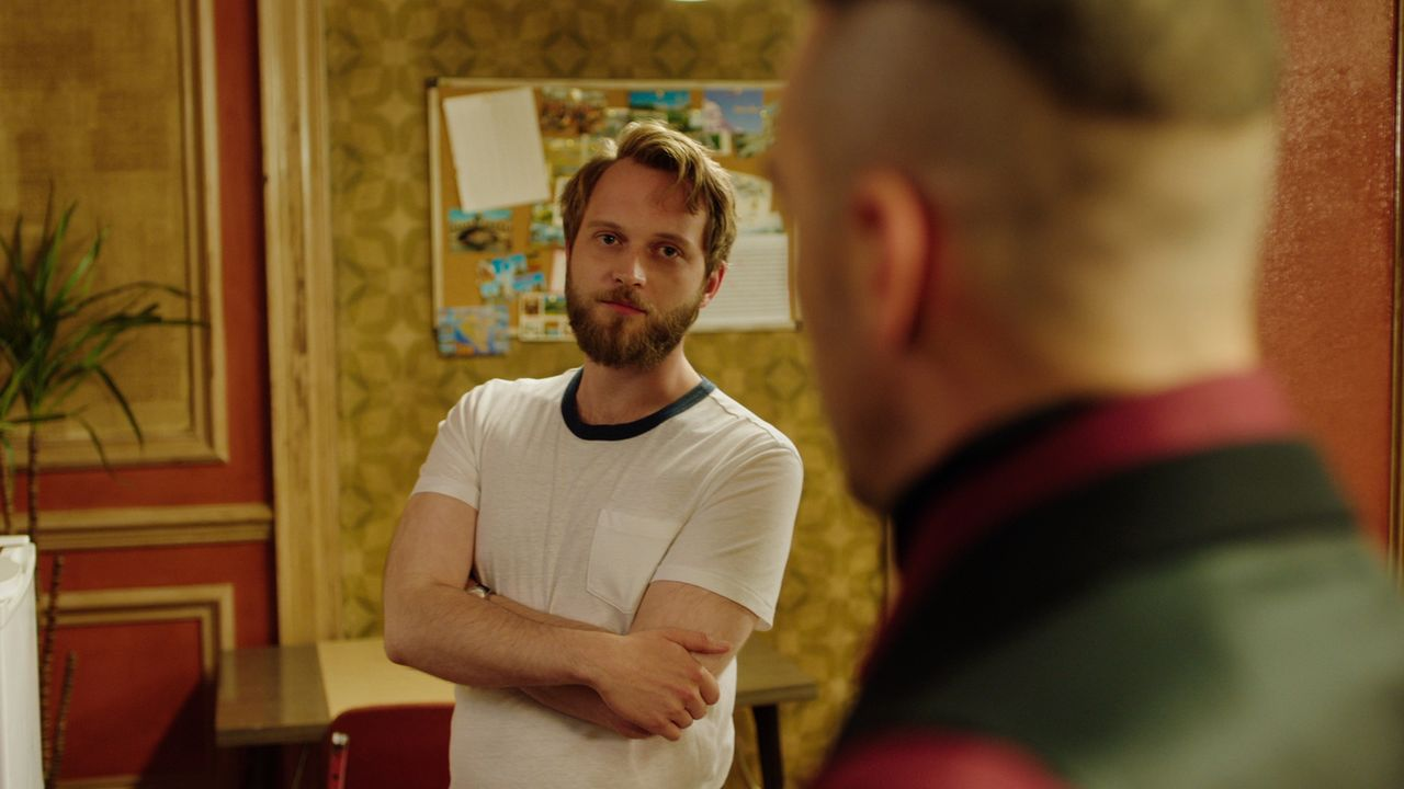 Cyrus setzt alles daran, Aston (Tom Crowley) zu seinen neuen Verbündeten zu machen. Mit Erfolg? - Bildquelle: 2018 Lions Gate Entertainment Inc. All Rights Reserved.