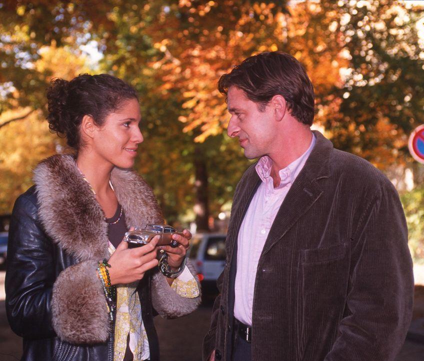 Eine Annäherung auf Raten: Benjamin (Max Tidof, r.) schenkt Julia (Jasmin Gerat, l.) einen Talisman, damit sie ihre Juraprüfung besteht. - Bildquelle: Sat.1